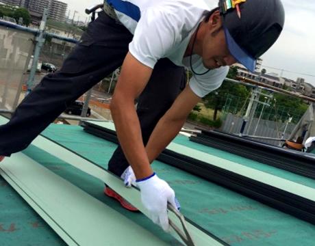 屋根・雨漏り修理をしているスタッフ