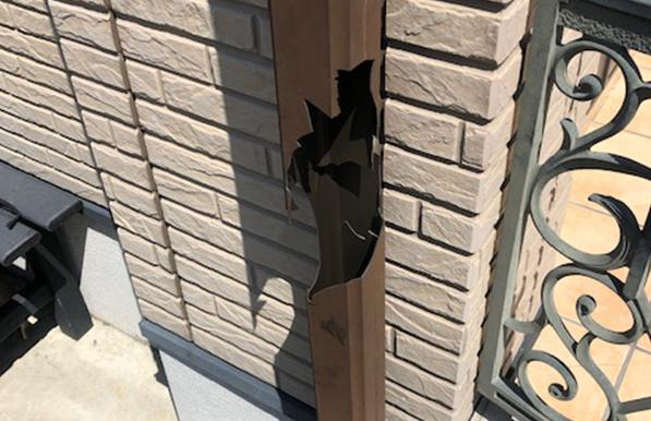 雨樋部品が壊れている様子