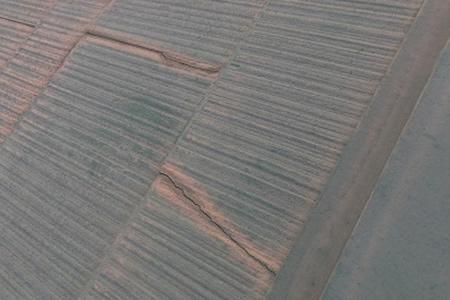 屋根材がひび割れている画像
