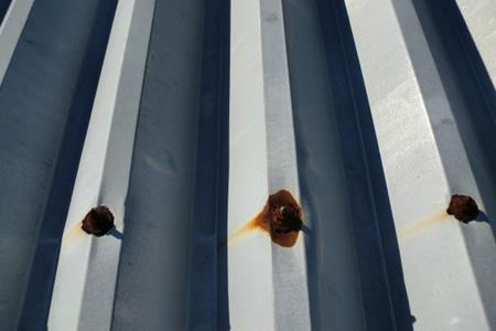 屋根の金属部分が腐食してさびている画像
