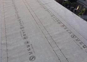 葺き替え工事の防水シートを貼った画像